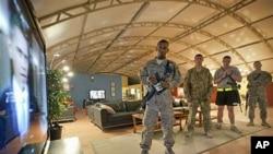 在坎大哈的驻阿美军观看奥巴马总统关于撤军讲话的视频