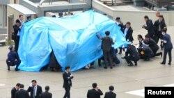 22일 일본 도쿄 총리 관저 옥상에서 발견된 정체불명의 무인기를 경찰과 보안 요원들이 조사하고 있다.