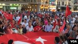 حامیان اردوغان در راهپیمایی علیه کودتا