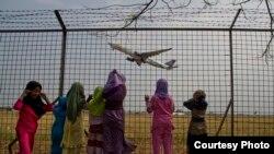 Anak-anak melihat pesawat terbang sambil menutup telinga di bandar udara Adi Soemarmo, Solo. (Foto: Dok)