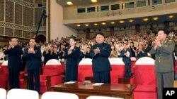 朝中社發佈的照片顯示金正恩等領導人看完牡丹峰樂隊表演后起立鼓掌。