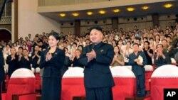 神秘女子(左)陪同金正恩等領導人看完牡丹峰樂隊表演後起立鼓掌(7月6日資料照片)