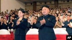 神秘女子(左)陪同金正恩等领导人看完牡丹峰乐队表演后起立鼓掌(7月6日资料照片)