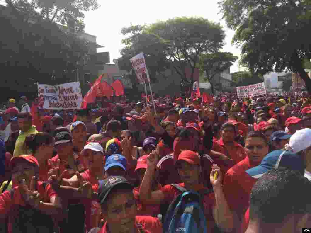 Na avenida Nueva Granada em Caracas milhares de trabalhadores dos serviços penitenciários marcharam para apoiar o Presidente Nicolás Maduro.