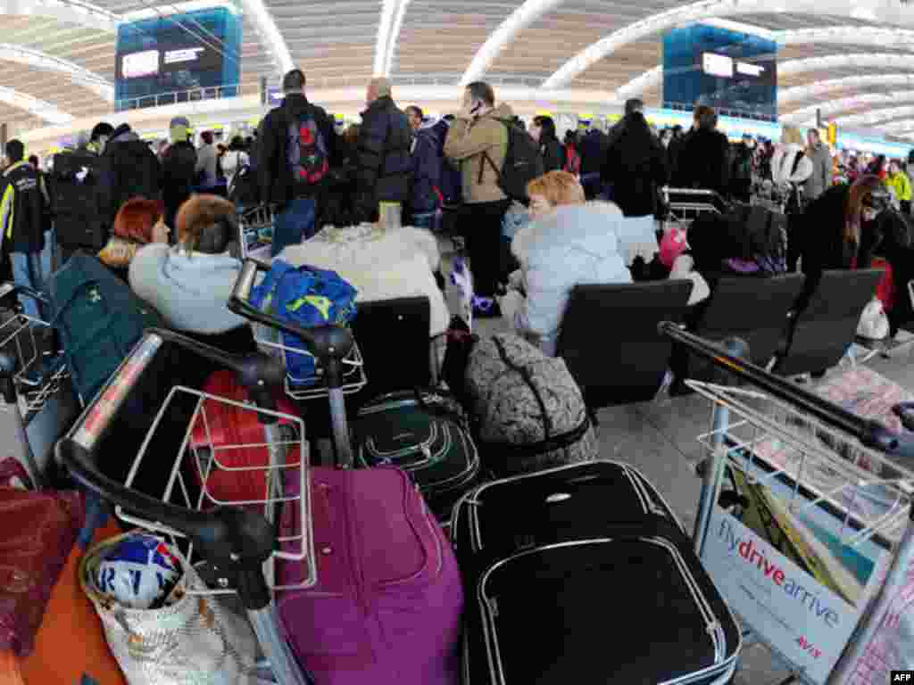 21 Aralık: Londra'daki Heatrow havaalanında yoğun kar yağışı yüzünden uçuşları ertelenen Noel tatilcileri.