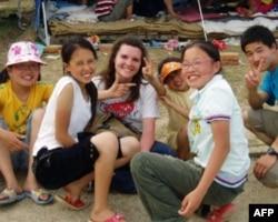 震后幸存的孩子和救援人员在一起