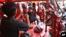 Seorang ibu membeli daging sapi di Jakarta (foto: dok). Menurut pengamat, harga daging sapi di Indonesia menjadi yang termahal sejak berlakunya pengurangan kuota impor daging sapi.