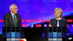 Hillary Clinton iyo Bernie Sanders oo ka qeyb galaya doodda.