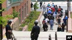 加州洛杉磯分校槍擊,警方將人員撤離現場。