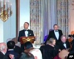 身穿小夜礼服的奥巴马在为胡锦涛举办的国宴上致词