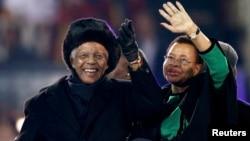 Almarhum Nelson Mandela (kiri) dan isterinya, Graca Machel melambai kepada para penonton di Soccer City pada saat penutupan Piala Dunia 2010 di Johannesburg, Afrika Selatan (foto: dok).