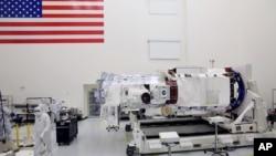 미국의 상업 인공위성 회사인 디지털글로브에서 지난달 15일 해상도를 높인 신형 '월드뷰-3' 위성의 지상 점검을 하고 있다.