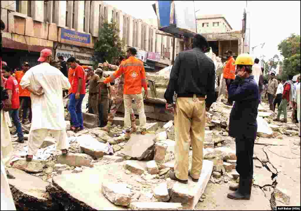 کراچی کے مصروف ترین علاقے صدر میں ایک عمارت منہدم ہونے کے بعد کا منظر۔