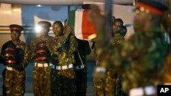 Wanajeshi wa Kenya wakiwa wamebeba jeneza la mwenzao aliyeuwawa Somalia