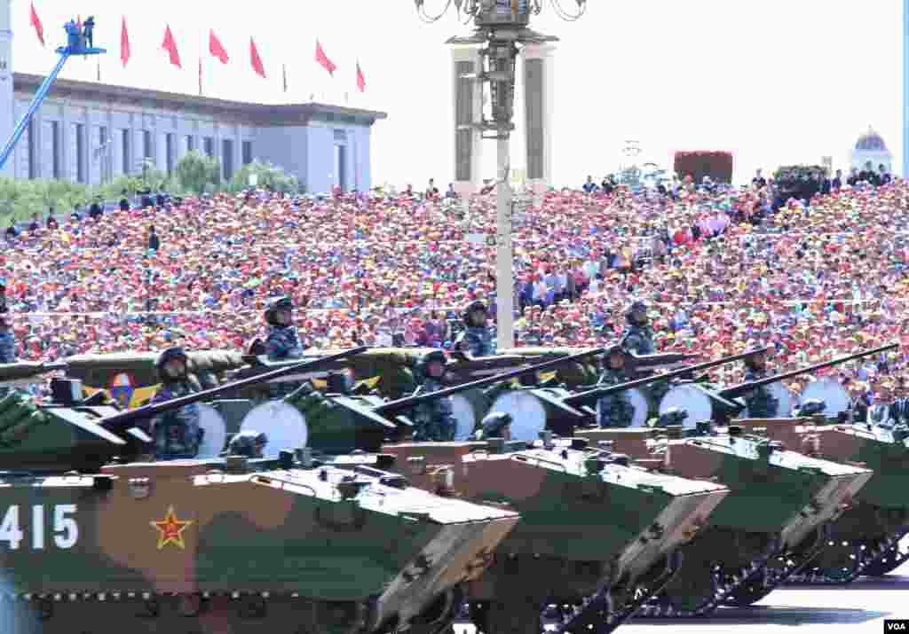 中国在9.3大阅兵上展示了国产现役武器装备,其中84%为首次公开亮相。(美国之音东方拍摄)