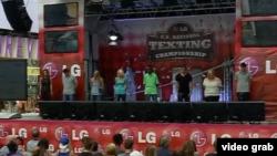全美短信大赛 17岁快指少年夺冠(视频截图)