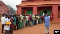Cử tri xếp hàng trước một phòng đầu phiếu trong thủ đô Bangui chờ bỏ phiếu