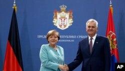 Nemačka kancelarka Angela Merkel se rukuje sa predsednikom Srbije Tomislavom Nikolićem u Beogradu, 9. jula 2015.