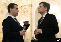 AQSh elchisi Maykl Makfol prezident Dmitriy Medvedev huzurida, fevral 2012