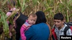 8일 헝가리 로즈케 마을 검문소 인근에서 난민들이 경찰을 피해 도망하고 있다.