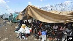 Des habitants rassemblés près du QG local des troupes onusiennes à Kadugli, en juin 2011