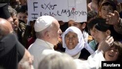 پاپ در جزیره لسبوس با پناهجویان دیدار کرد.