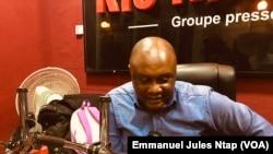 Sismondi Barlev Bidjocka dans le studio de Ris radio à Yaoundé, le 26 novembre 2019. (VOA/Emmanuel Jules Ntap)