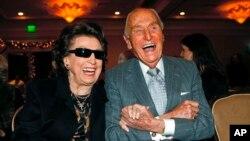 La primera esposa de Frank Sinatra, Nancy Barbato, sonríe con el productor de Paramount Pictures, A.C. Lyles, mientras asisten a la presentación de una imagen de 10 pies que se convertiría en sello postal conmemorativo de Frank Sinatra.