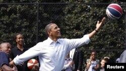 Según la campaña de Obama do spersonas podrán jugar con el presidente y las estrellas de la NBA.