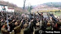 재난 4월 북한이 연일 대남 비방과 함께 대남도발을 예고한 가운데, 조선중앙통신이 보도한 평양시 보통강구역 노동적위대원들의 훈련 장면. (자료사진)