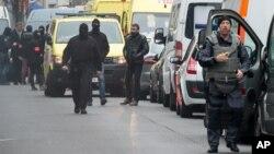 Belgijska policija blokirala je ulicu prilikom racije u Molenbeku, tokom koje je uhvaćen i Salah Abdeslam