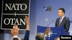 """Tổng thư ký NATO Anders Fogh Rasmussen kêu gọi Nga """"xuống thang khủng hoảng, rút quân từ các biên giới Ukraine về, ngưng làm mất ổn định tình hình ở Ukraine."""