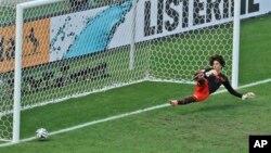 Kiper Meksiko Guillermo Ochoa yang bermain gemilang selama pertandingan, gagal menyelamatkan tendangan penalti oleh pemain Belanda Klaas-Jan Huntelaar pada menit ke-91 di Brazil, Minggu (29/6).