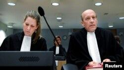 Сабін тен Дошхат і Будевейн ван Ейк, адвокати підозрюваного росіянина Олега Пулатова на суді в Нідерландах 9 березня 2020 року