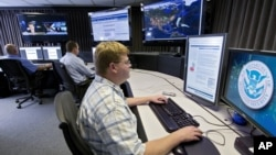El secretario de Defensa de Estados Unidos, Leon Panetta, manifestó su preocupación por un ciberataque simultáneo con un ataque físico a instalaciones críticas en Estados Unidos.