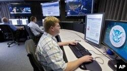 Phân tích gia an ninh mạng làm việc tại trung tâm theo dõi và cảnh báo ở thành phố Idaho Falls, bang Idaho