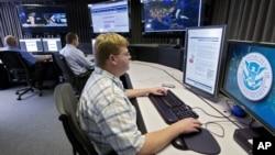Analitičari za sajber bezbednost iz Sekretarijata za nacionalnu bezbednost u odeljenju u Ajdaho Folsu