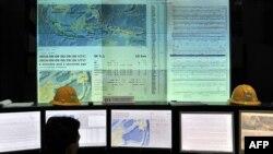 Seorang petugas bekerja di ruang pusat pemantau gempa dan peringatan dini tsunami Badan Meteorologi, Klimatologi, dan Geofisika (BMKG), 9 September 2014. (Foto: AFP/Adek Berry)