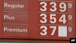 汽油价格已经下跌。图为美国阿肯色州小石城一处油站正在调换价码牌