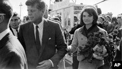 ۲۲ نوامبر ۱۹۶۳. جان اف کندی و همسرش ژاکلین در فرودگاه دالاس در تکزاس، مدتی کوتاه پیش از قتل کندی