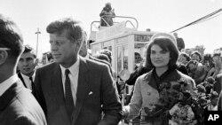 Президент США Джон Кеннеди с супругой Жаклин. Даллас, штат Техас. 22 ноября 2013 г.