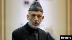 Presiden Afghanistan Hamid Karzai berbicara dalam pembukaan Loya Jirga di Kabul (21/11). (Reuters/Omar Sobhani)