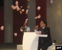 宣传官员伍皓演讲时遭网友抛五毛纸币抗议