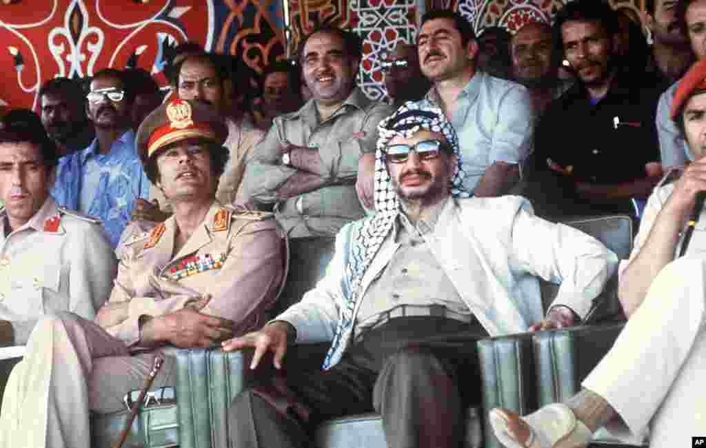 Libyan leader Colonel Moammar Gadhafi shows a parade with Palestinian PLO leader Yasser Arafat, 26 August 1978 in Tripoli, Libya, (AFP).