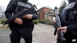 La policía alemana capturó a cuatro sospechosos de dirigir un grupo que planeaba atacar a musulmanes.
