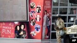 Tentara Garda Nasional berdiri di depan museum patung lilin Madame Tussauds Hollywood, Los Angeles, menyusul demonstrasi memprotes kematian George Floyd, Minggu, 31 Mei 2020. (Foto: AP)