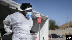 Zdravstveni radnici ispred objekta za testiranje u El Pasu, u Teksasu, ARHIVA, (Foto: Briana Sanchez/The El Paso Times via AP)