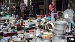 Pemilik toko yang memajang barang-barang rumah tangga bekas untuk dijual di pasar di lingkungan barat laut Khair Khana di Kabul, 12 September 2021. (WAKIL KOHSAR / AFP)