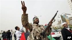 利比亞武裝人員星期天呼喊反卡扎菲口號
