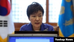 박근혜 한국 대통령이 지난 9일 청와대에서 열린 대통령 주재 수석비서관회의에서 증세 문제 등 현안에 대해 모두 발언을 하고 있다. (자료사진)